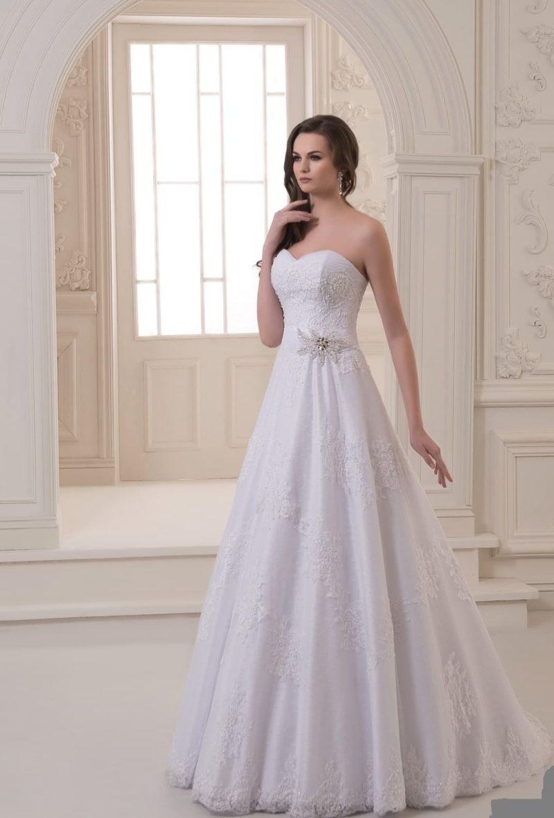 Лаконичное свадебное платье А-кроя с декором из кружева и декольте сердечком.
