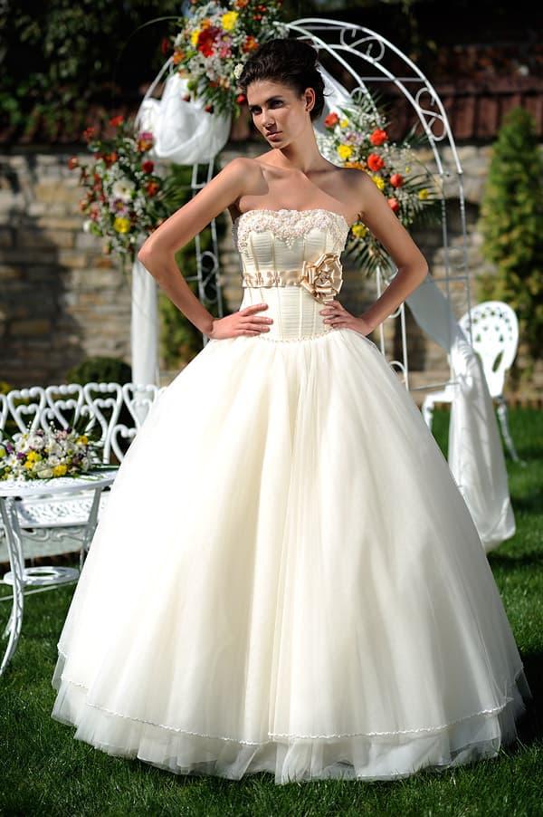 Свадебное платье цвета слоновой кости с атласным поясом с бантом.