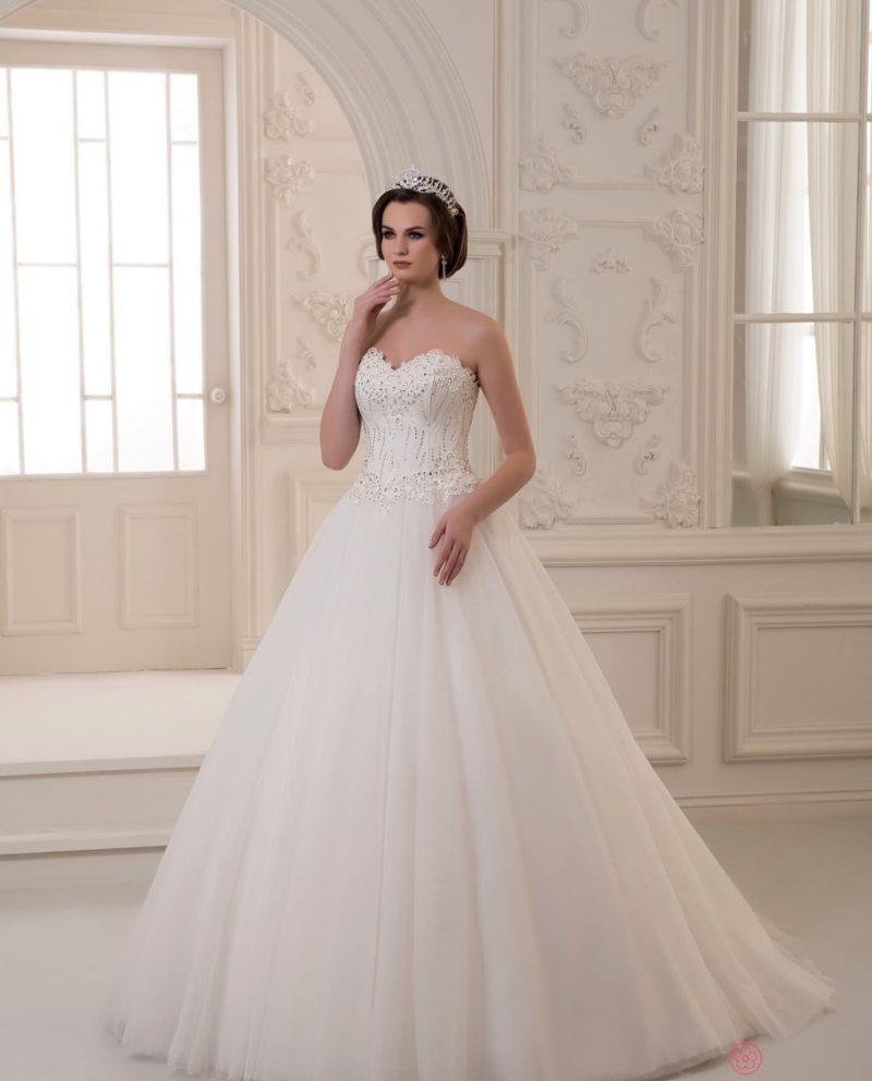 Воздушное свадебное платье с открытым корсетом, украшенным вышивкой.