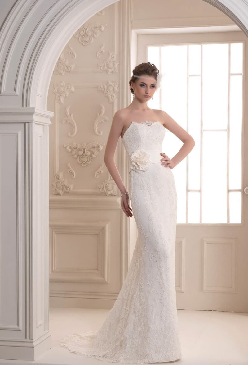 Прямое свадебное платье с кружевом на лифе сердечком и небольшим шлейфом.