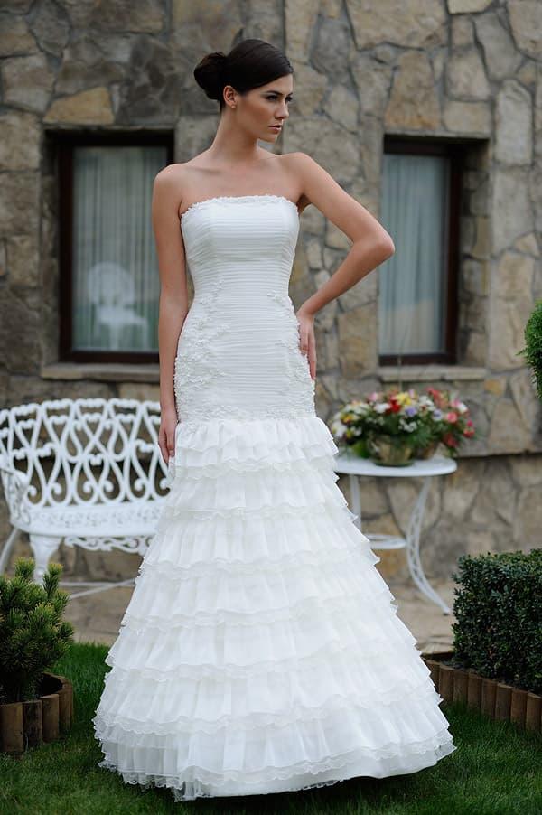 Открытое свадебное платье с множеством оборок по юбке силуэта «принцесса».