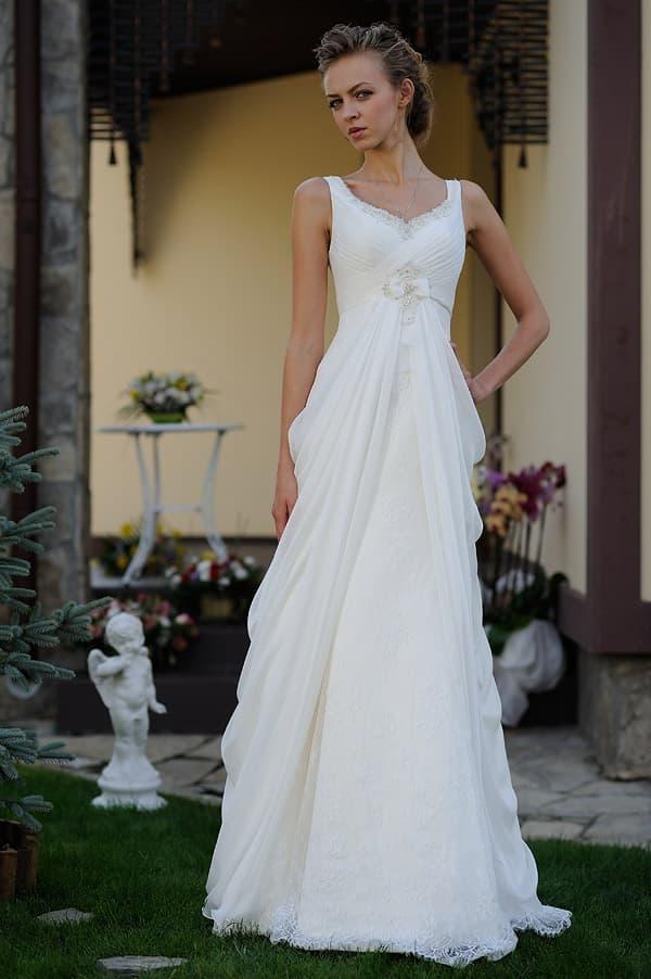 Романтичное свадебное платье с полупрозрачными складками ткани по юбке А-кроя.