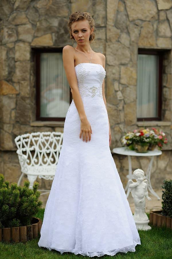 Элегантное свадебное платье, облегающее фигуру, расшитое бисером по верху.