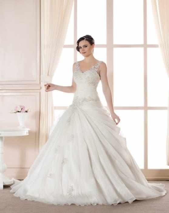 Женственное свадебное платье с объемным низом и элегантным вырезом.
