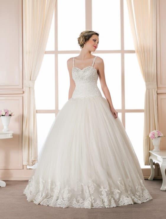 Пышное свадебное платье с узкими бретелями и вышивкой на лифе.