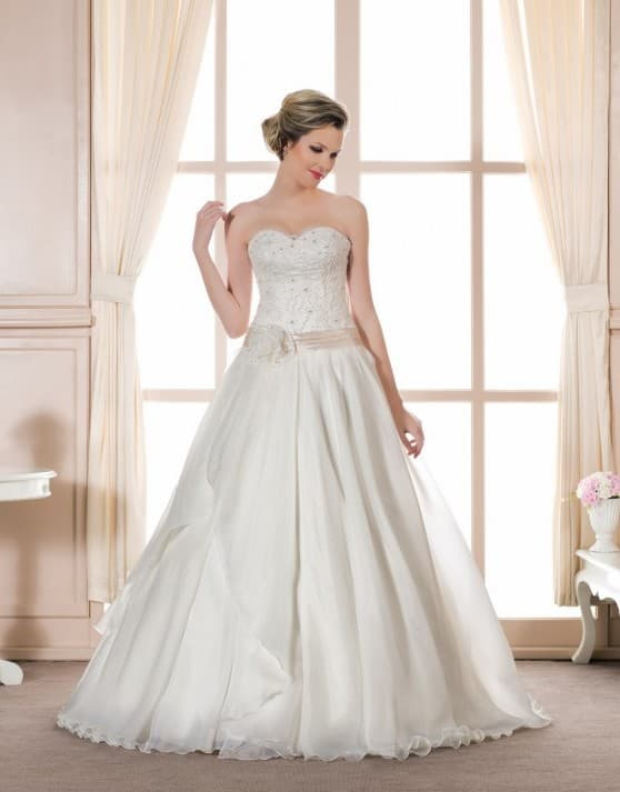 Свадебное платье с широким поясом персикового цвета и бисером на корсете.