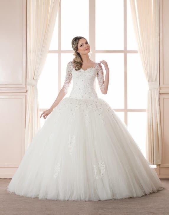 Пышное свадебное платье с кружевной вставкой на открытой спинке.