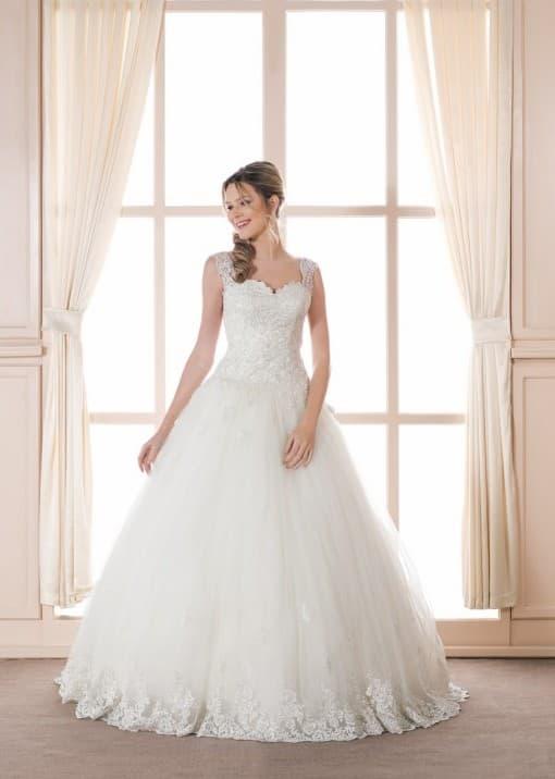 Пышное свадебное платье с корсетом, покрытым кружевом, с широкими бретелями.