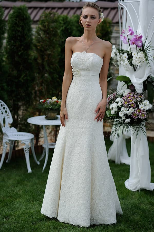 Кружевное свадебное платье с деликатной юбкой «принцесса» и изящным поясом.