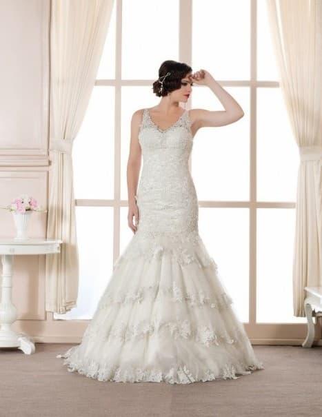 Кружевное свадебное платье с многоярусной юбкой кроя «русалка».