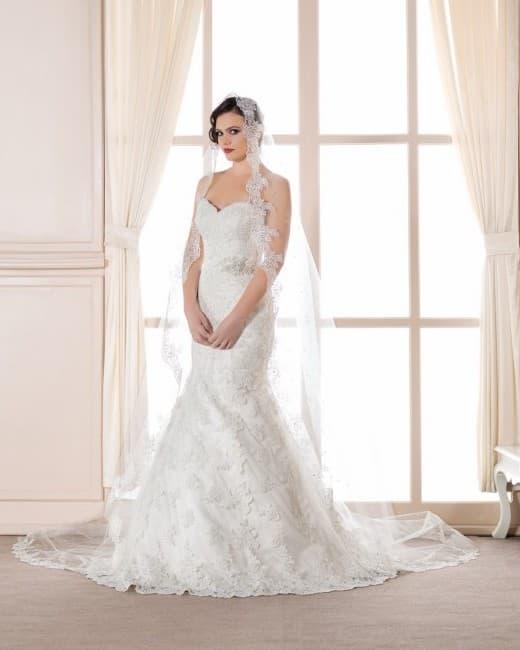 Классическое свадебное платье с юбкой «рыбка» и изящным вырезом лифа.