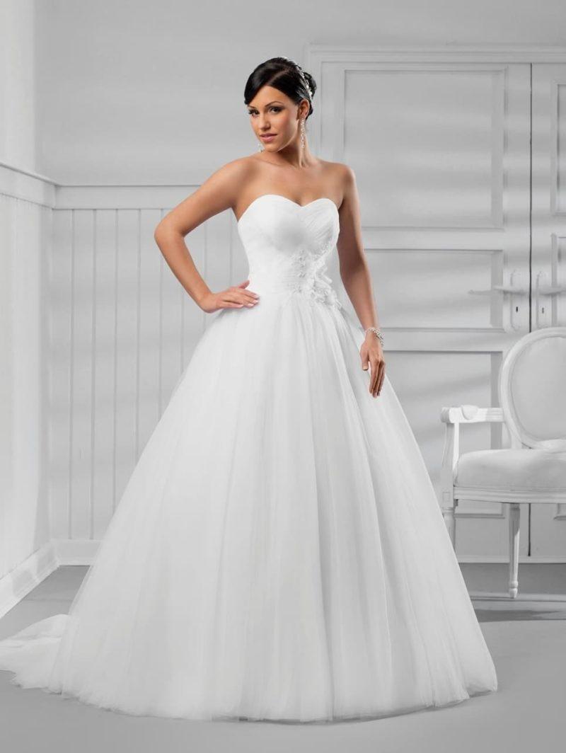 Впечатляющее свадебное платье с лаконичным декором и лифом в форме сердца.