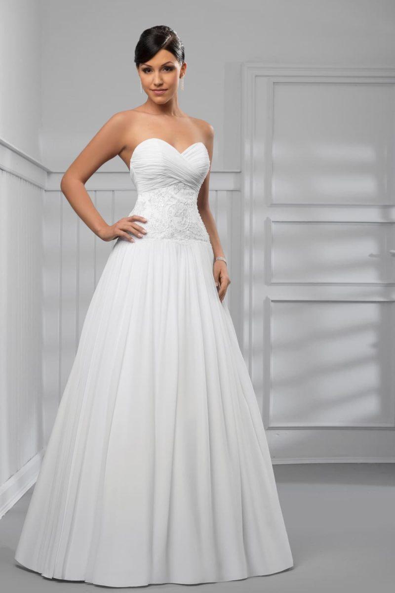 Свадебное платье с романтичной пышной юбкой и фактурным верхом.
