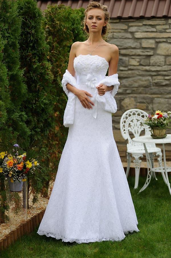 Кружевное свадебное платье с открытым верхом и изящным меховым болеро.