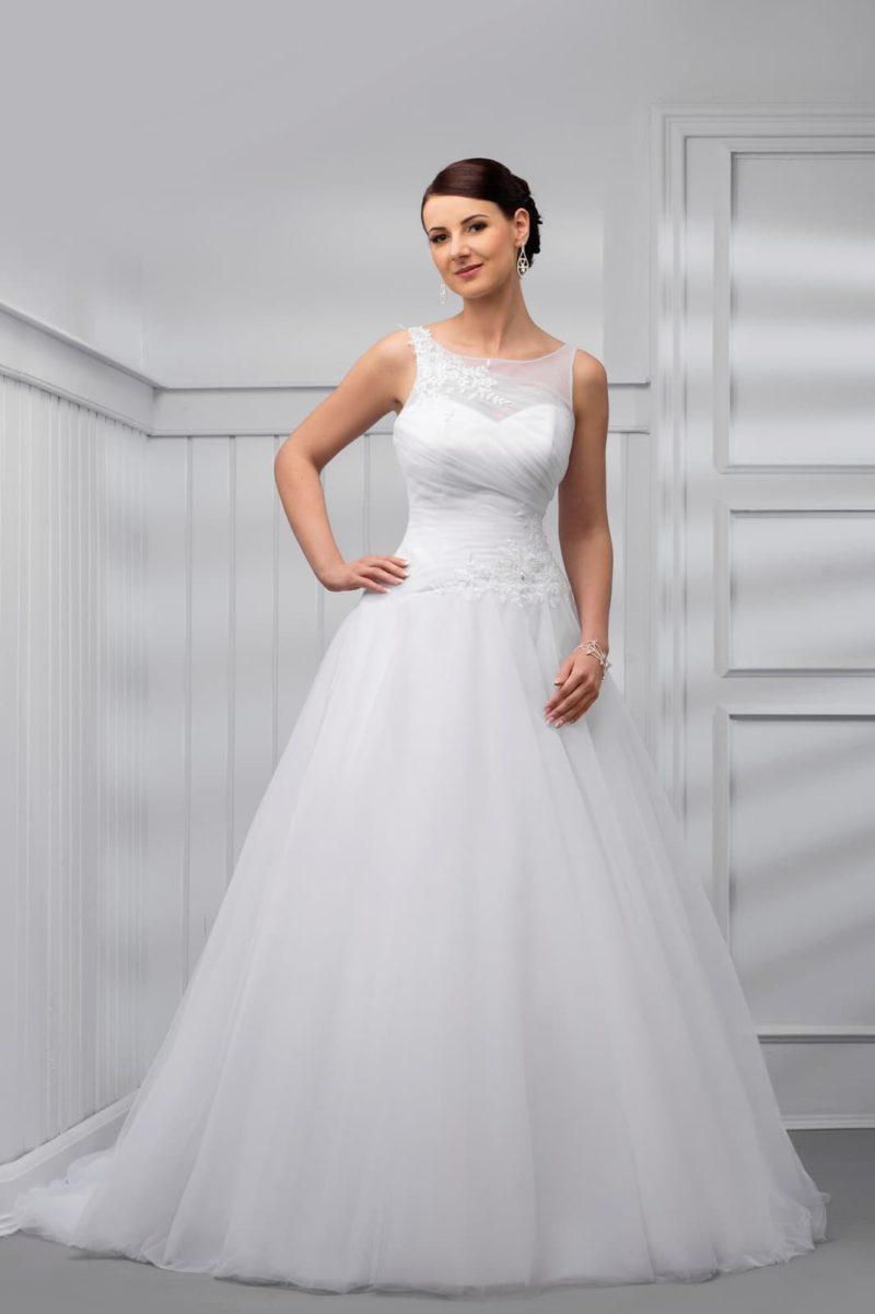 Пышное свадебное платье со шлейфом и V-образным вырезом на спинке.