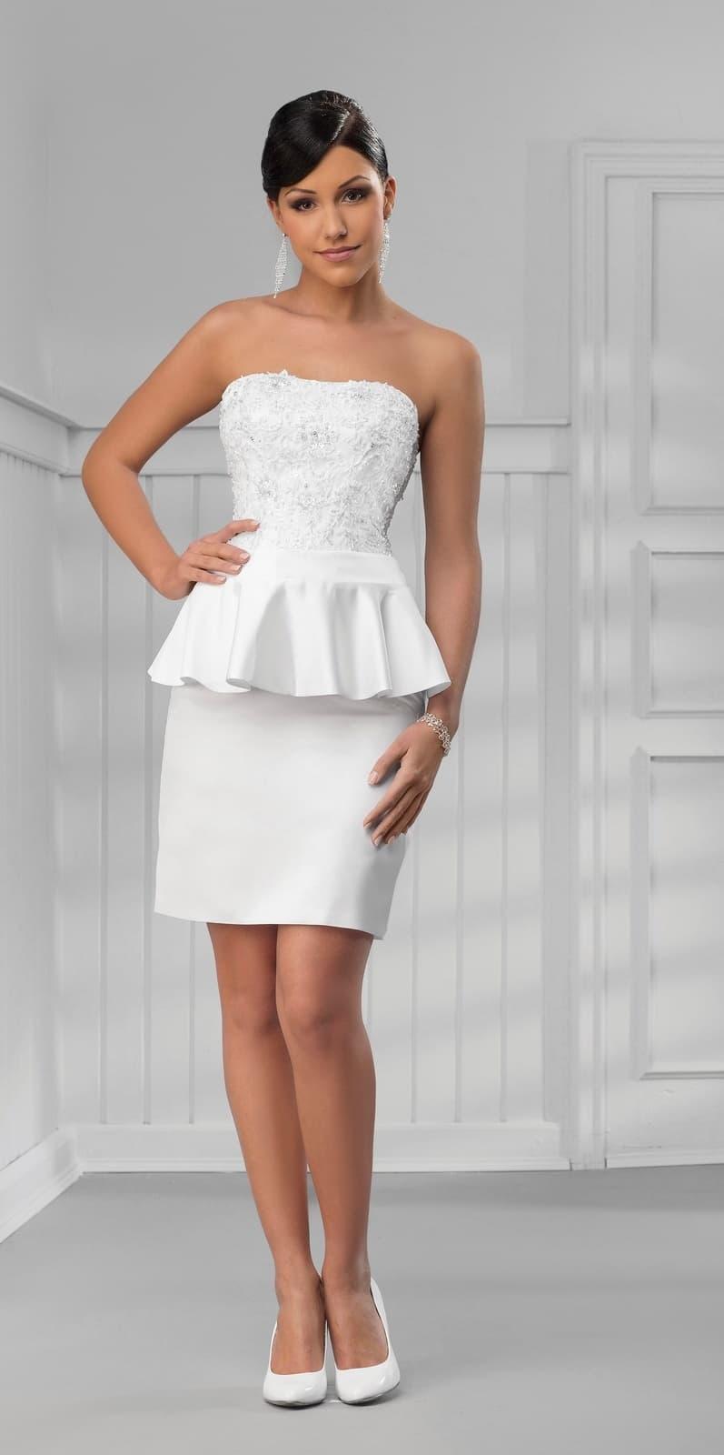 Атласное свадебное платье-футляр с пышной баской на уровне талии.