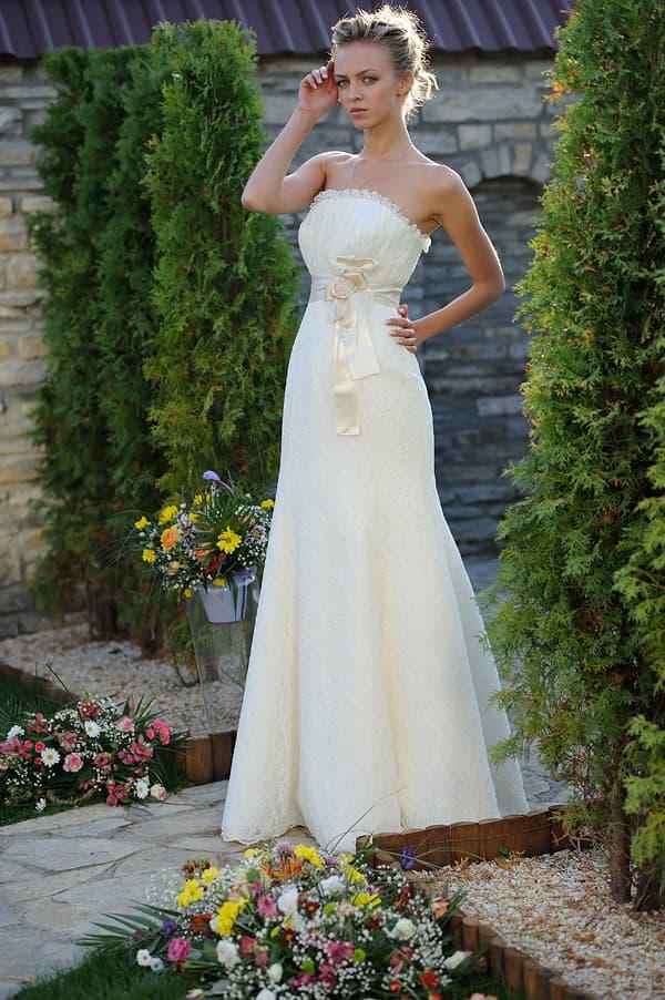 Кремовое свадебное платье А-кроя с объемной отделкой открытого верха.