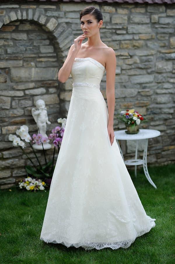 Кружевное свадебное платье «принцесса» с узким поясом под лифом.