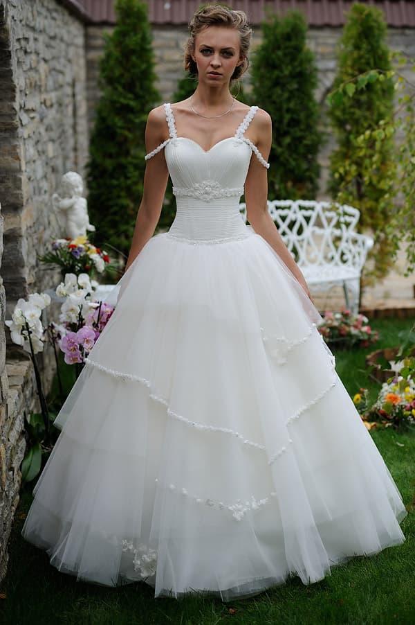 Свадебное платье с пышной юбкой и двойными бретельками.