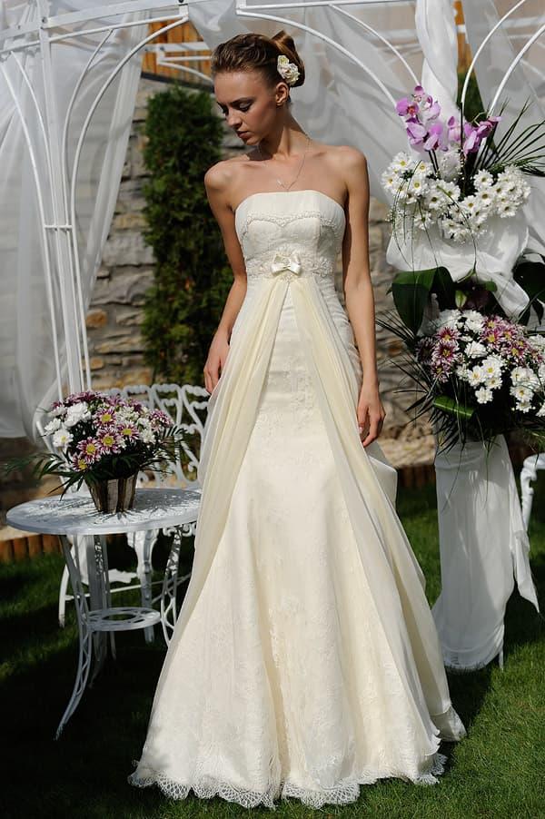 Открытое свадебное платье «принцесса» цвета слоновой кости с лифом прямого кроя.