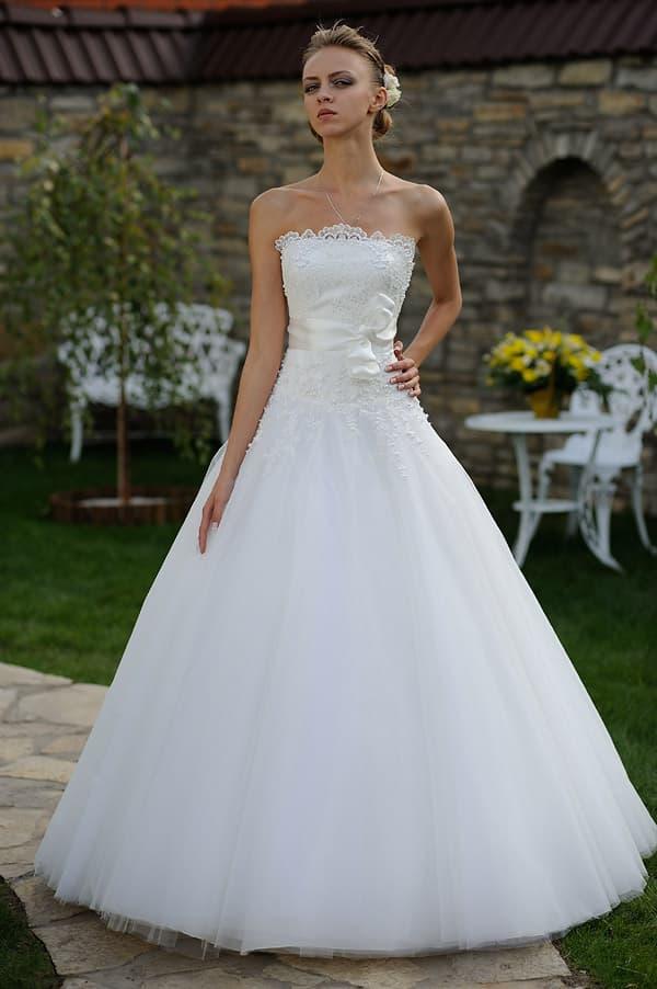 Свадебное платье А-силуэта с кружевной отделкой прямого лифа и атласным поясом.