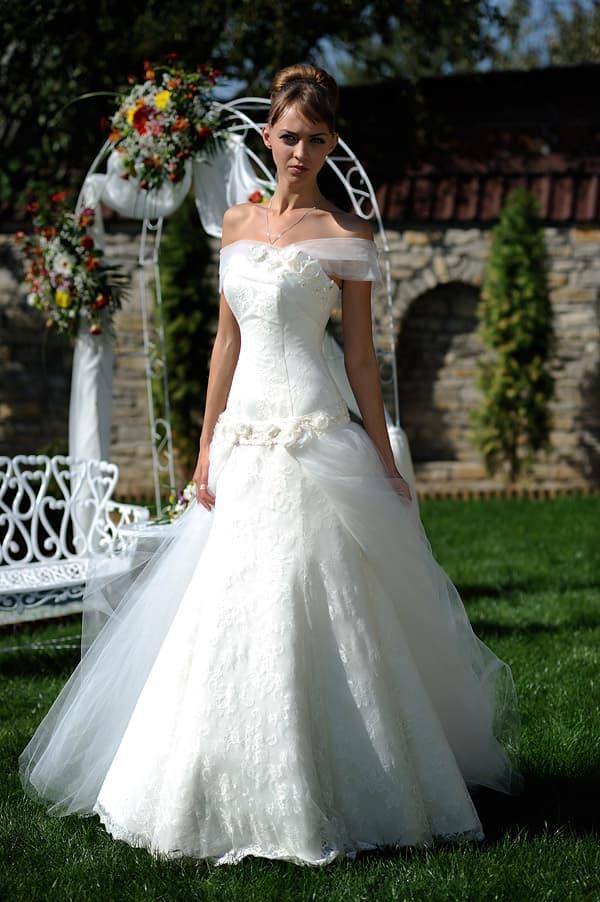 Пышное свадебное платье с асимметричным лифом и бутонами по заниженной талии.
