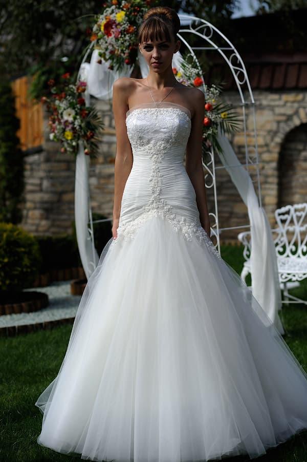 Впечатляющее свадебное платье облегающего кроя с пышным низом подола.