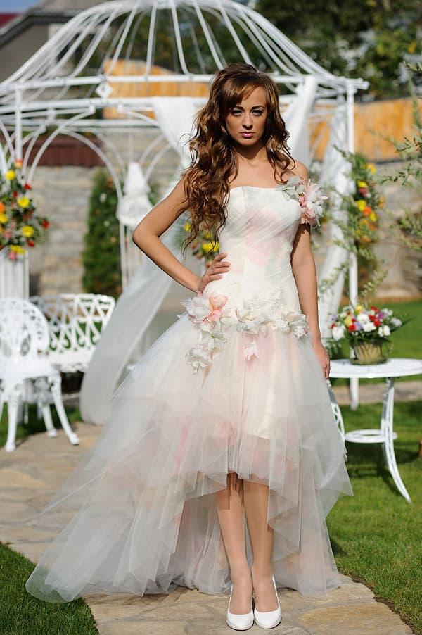 Розовое свадебное платье, украшенное бутонами, с укороченной спереди юбкой.
