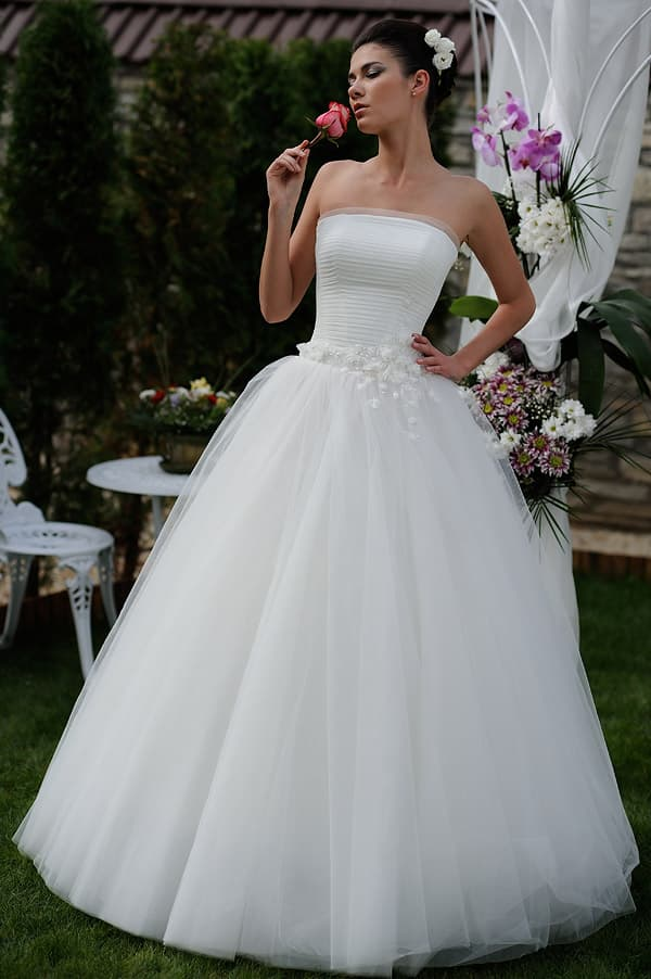 Пышное свадебное платье с бутонами на талии и драпировками по лифу.