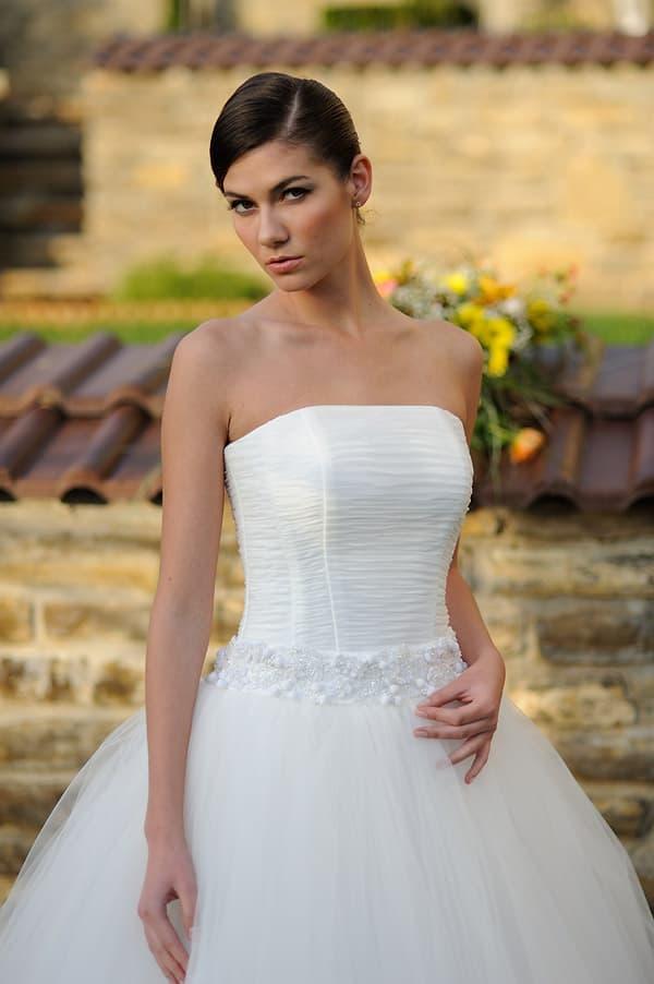 Изящное свадебное платье в классическом стиле, с бусинами на широком поясе.