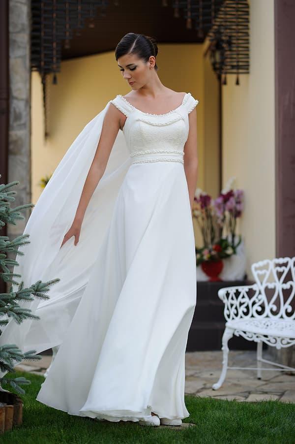 Деликатное свадебное платье с прямой шифоновой юбкой и изящным верхом.