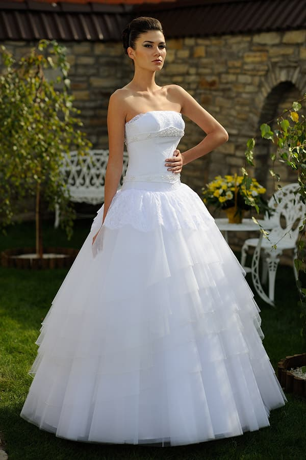 Классическое свадебное платье с объемным силуэтом и лифом прямого кроя.