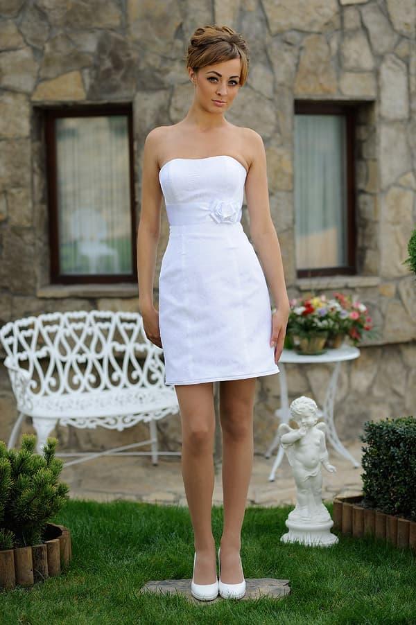 Свадебное платье-футляр с открытым лифом и бутоном сбоку на поясе.