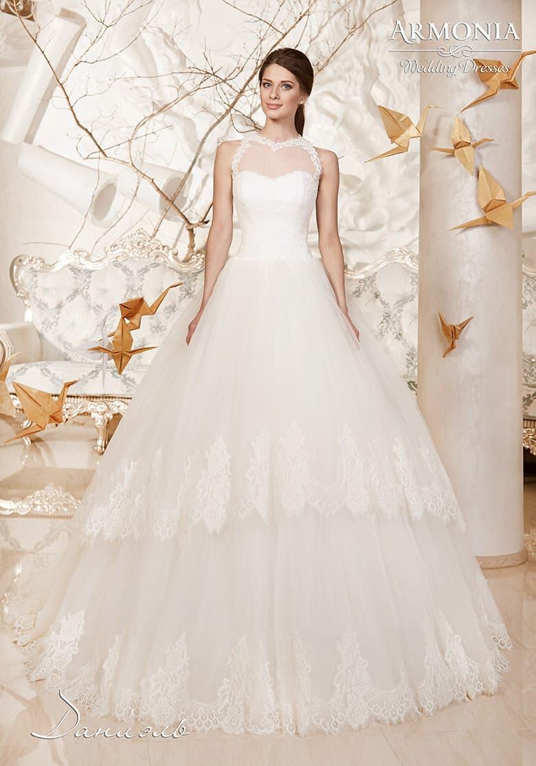 Свадебное платье с американской проймой и пышной многоярусной юбкой, украшенной кружевом.