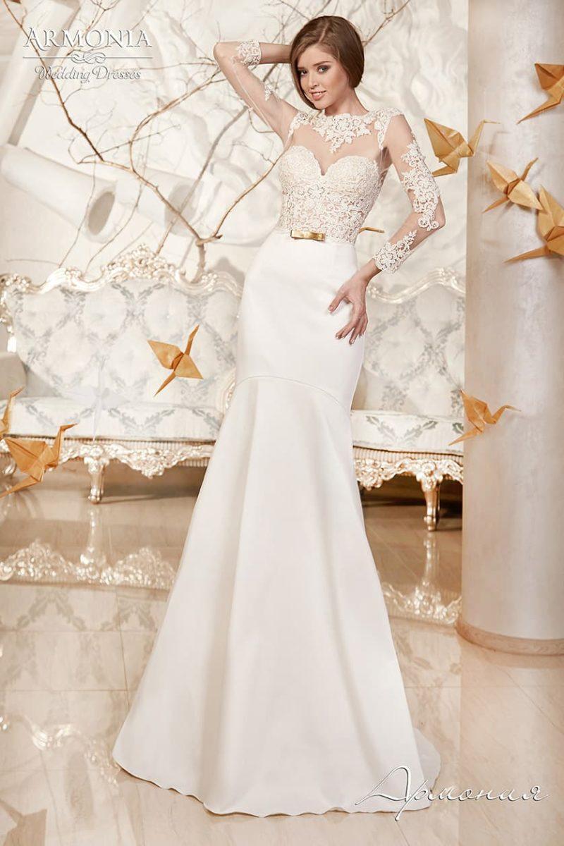 Свадебное платье с чувственным облегающим верхом, декорированным кружевом.
