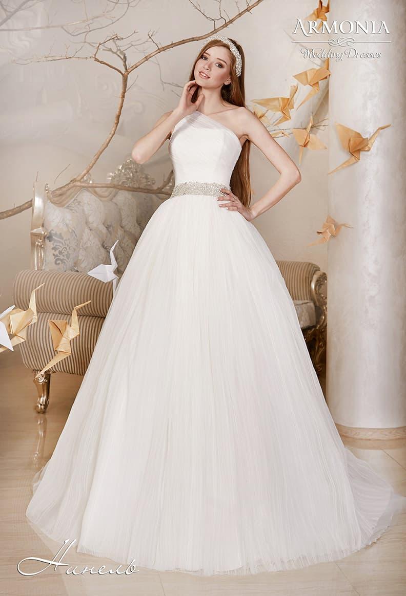 Воздушное свадебное платье со сверкающей вышивкой на талии и асимметричным лифом.