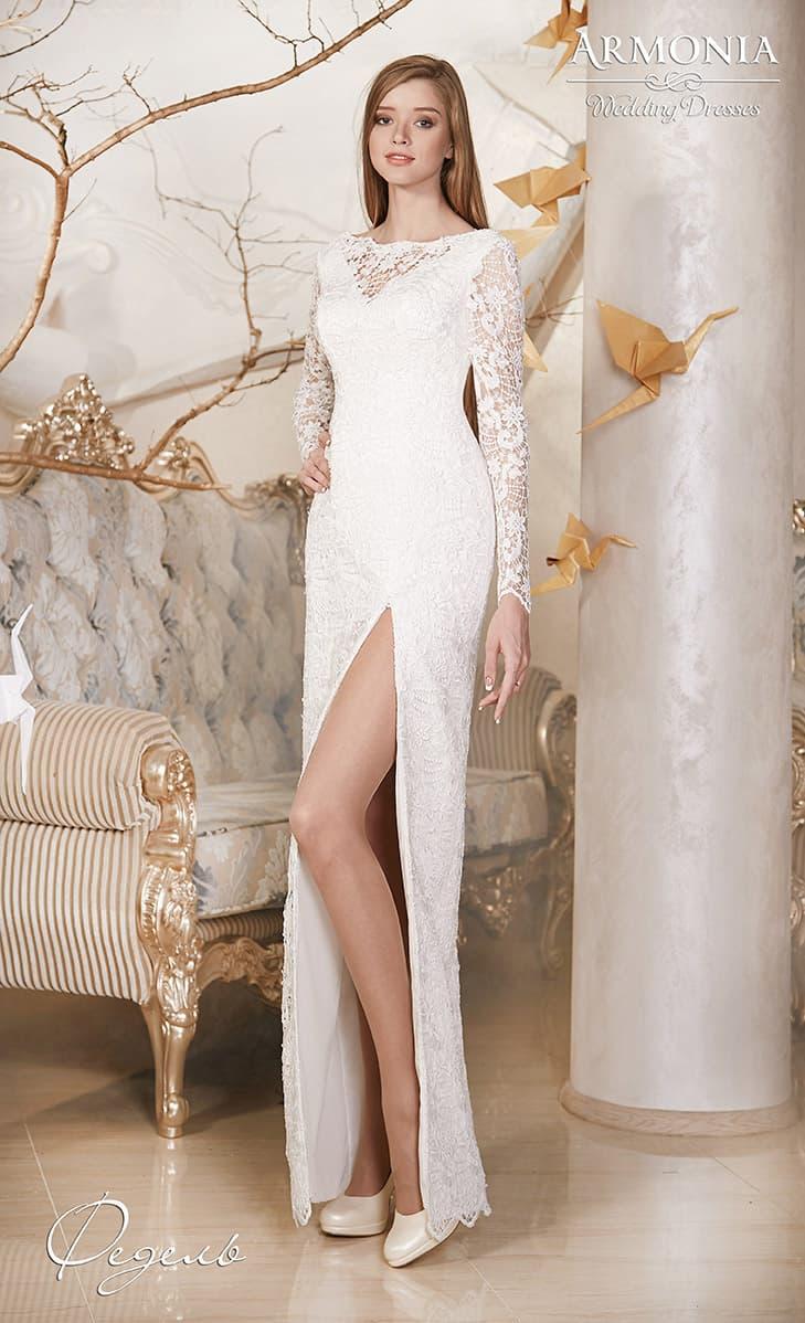 Свадебное платье лаконичного прямого кроя, с длинными рукавами и разрезом сбоку на юбке.