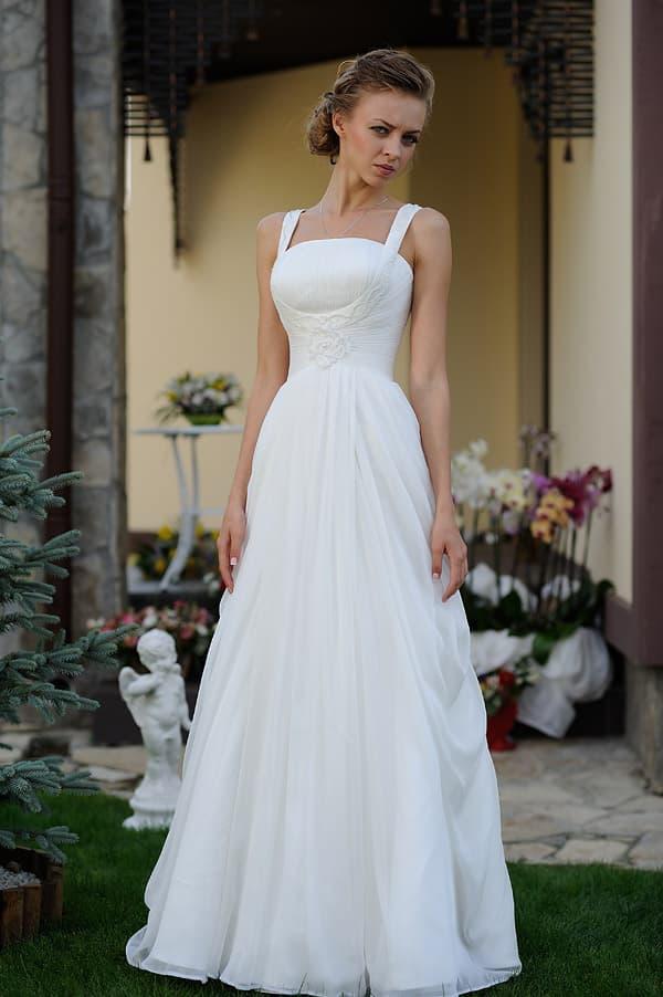 Прямое свадебное платье с открытым лифом с оригинальными узкими бретелями.
