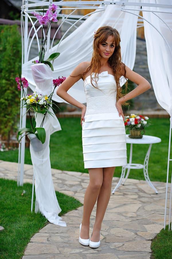 Атласное свадебное платье-футляр с кружевом на талии и горизонтальными драпировками.