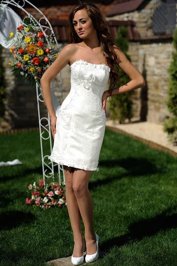 Короткое свадебное платье с объемной отделкой открытого декольте.