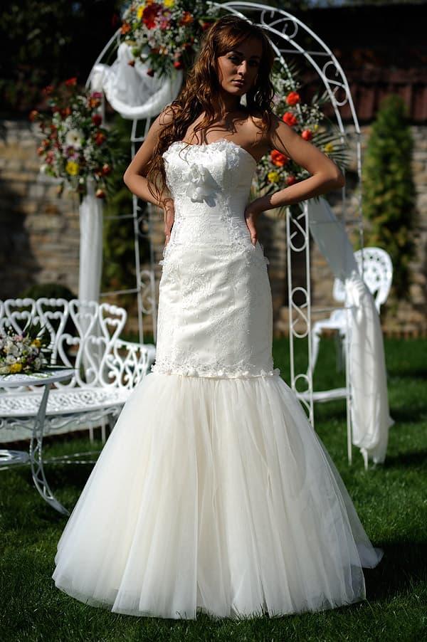 Свадебное платье «рыбка» с романтичным многослойным низом подола.