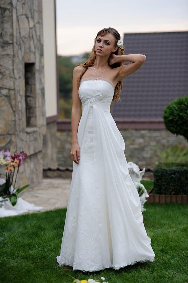 Открытое свадебное платье А-кроя с элегантным шлейфом сзади.