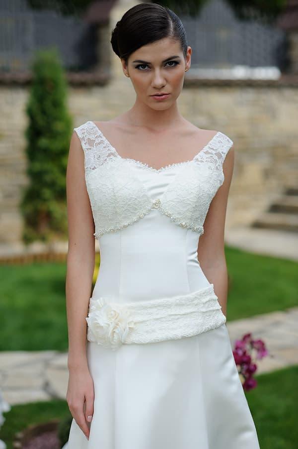 Свадебное платье с заниженной талией и подчеркнутой областью декольте.