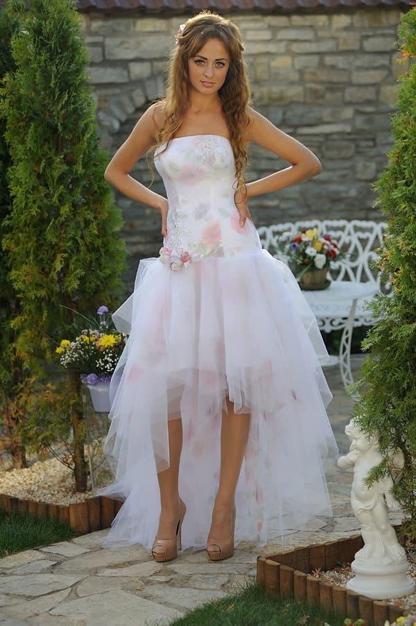 Бело-розовое свадебное платье с пышной юбкой, укороченной спереди.