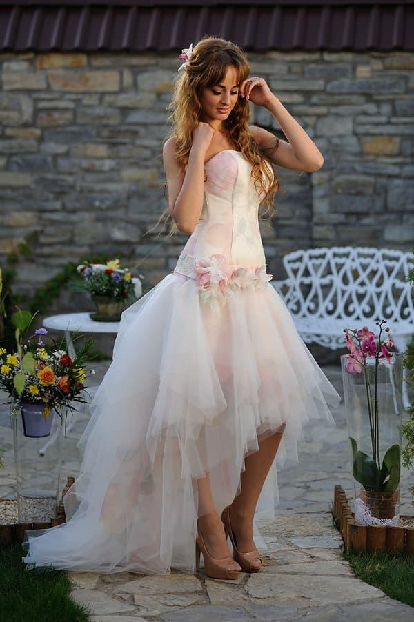 Розовое свадебное платье с пышной юбкой, укороченной спереди.