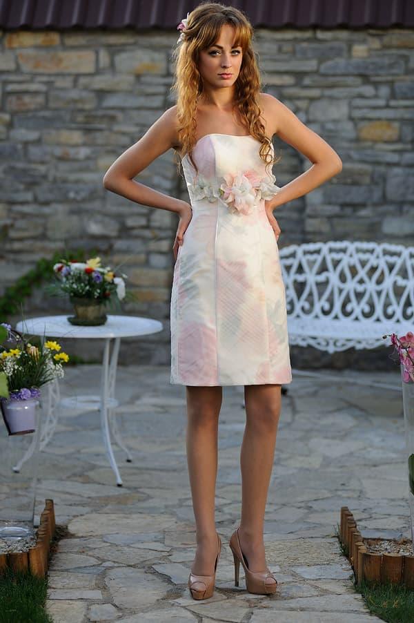 Свадебное платье из ткани с деликатным принтом, длиной до середины бедра.