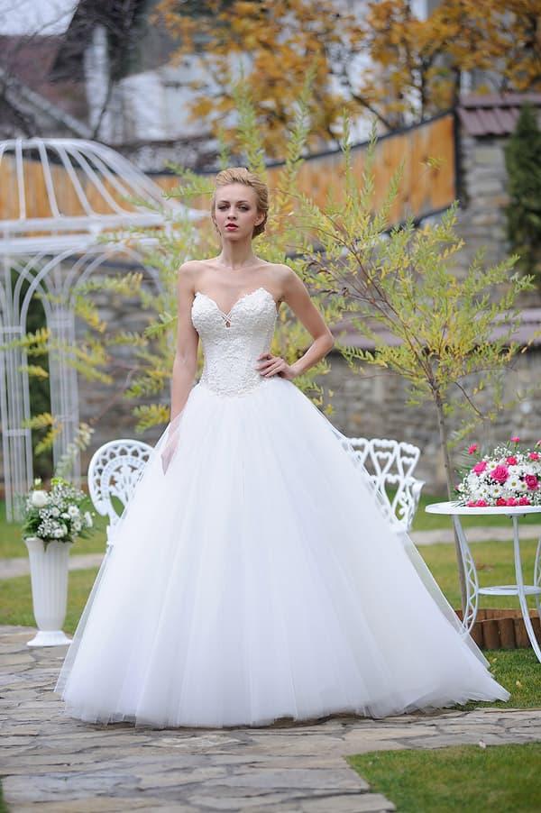 Очаровательное свадебное платье пышного кроя с глубоким декольте.