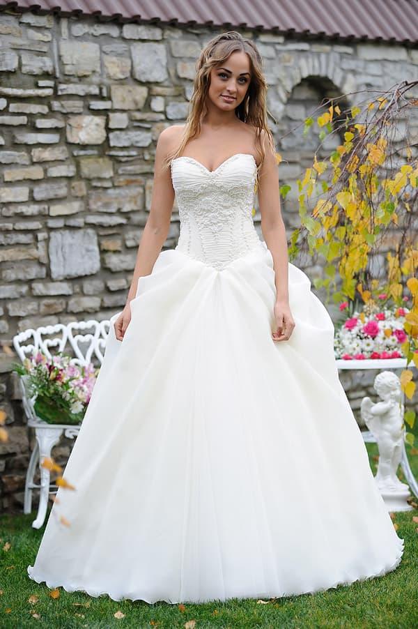 Открытое свадебное платье с кружевным лифом и оборками по верху подола.