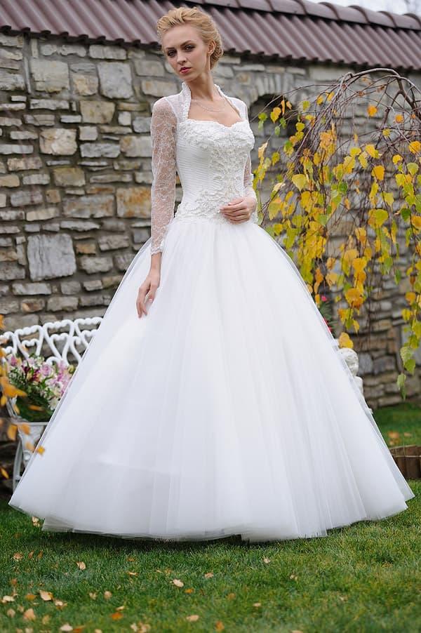 Роскошное свадебное платье с плотным кружевным болеро с длинным рукавом.