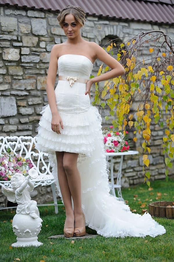 Короткое свадебное платье с цветным атласным поясом и длинным шлейфом.